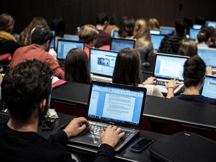 Ánh sáng xanh của màn hình máy tính nguyên nhân gây nám da phổ biến ở giới văn phòng