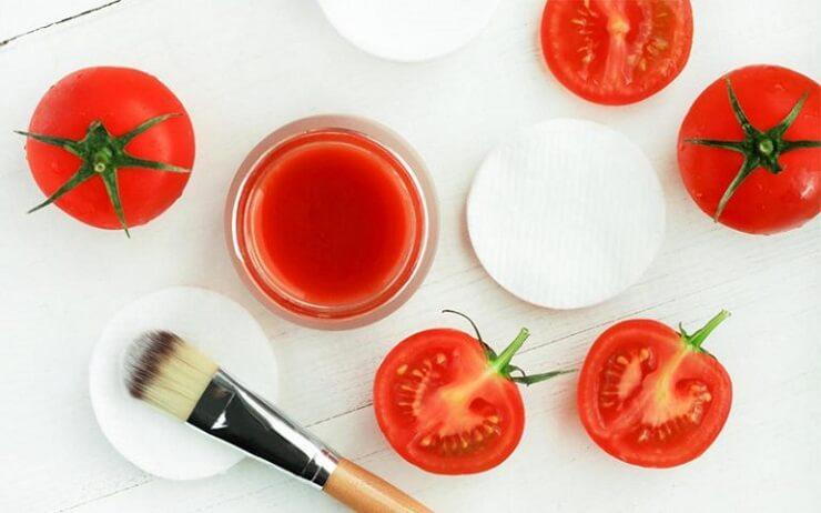 Sử dụng cà chua làm sạch mụn cám tại nhà