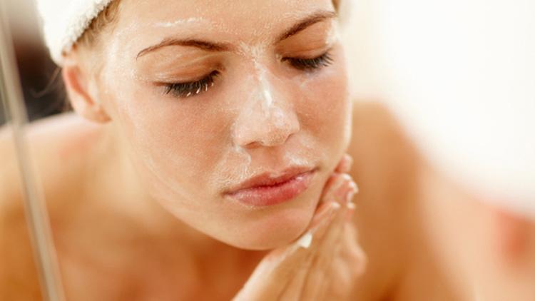 sử dụng sữa rửa mặt trước khi dùng kem dưỡng da cho độ tuổi 34