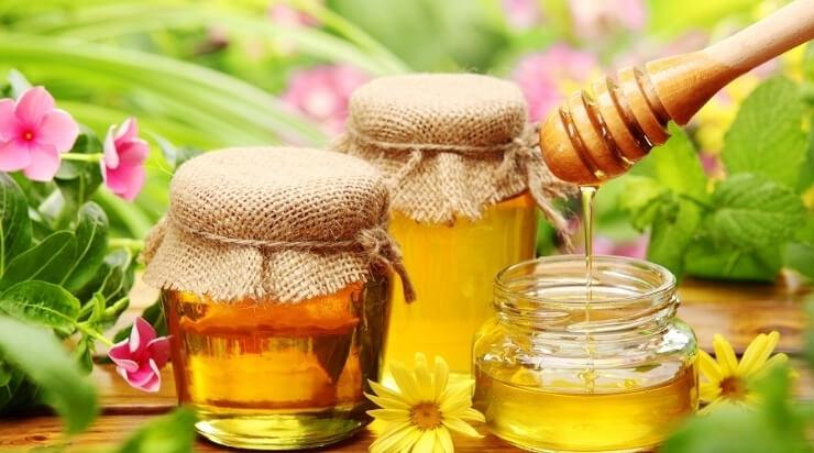 Trà mật ong và hoa cúc hoặc hoa nhài