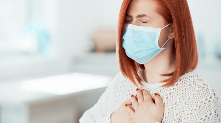 Uống mật ong giúp giảm đau họng
