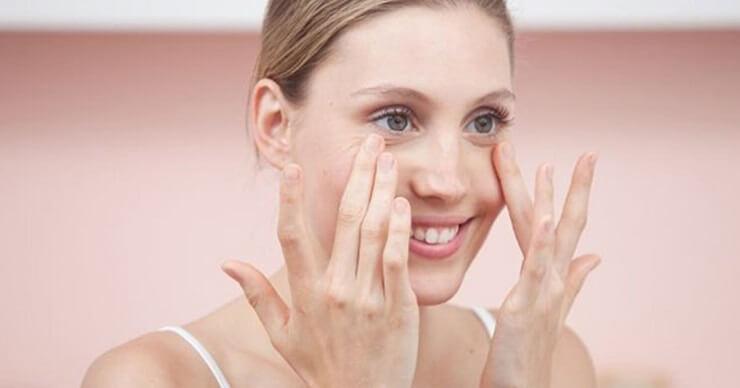 Giảm thâm mắt gấu trúc bằng cách massage