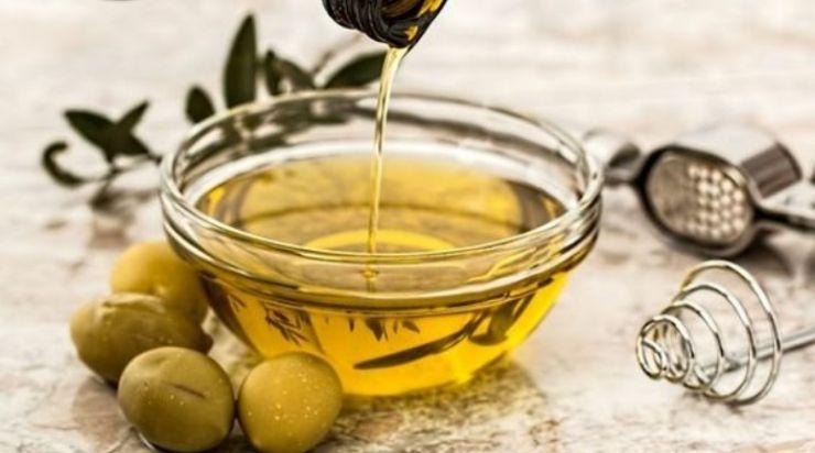 Làm mịn da bằng sữa tươi và dầu oliu